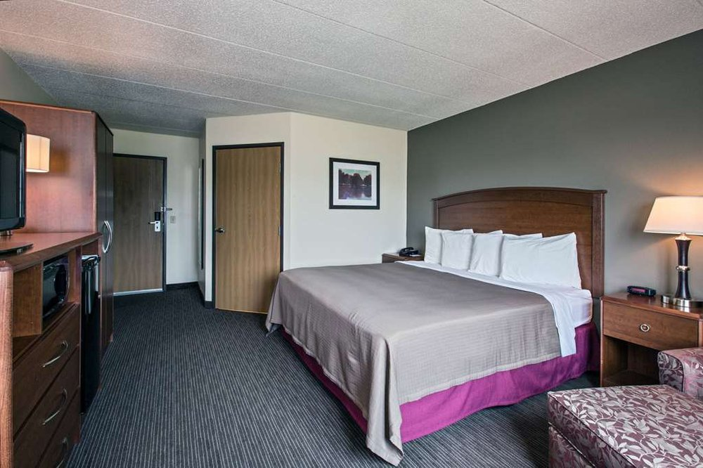 AmericInn by Wyndham Grundy Center: 2101 Commerce Dr, Grundy Center, IA