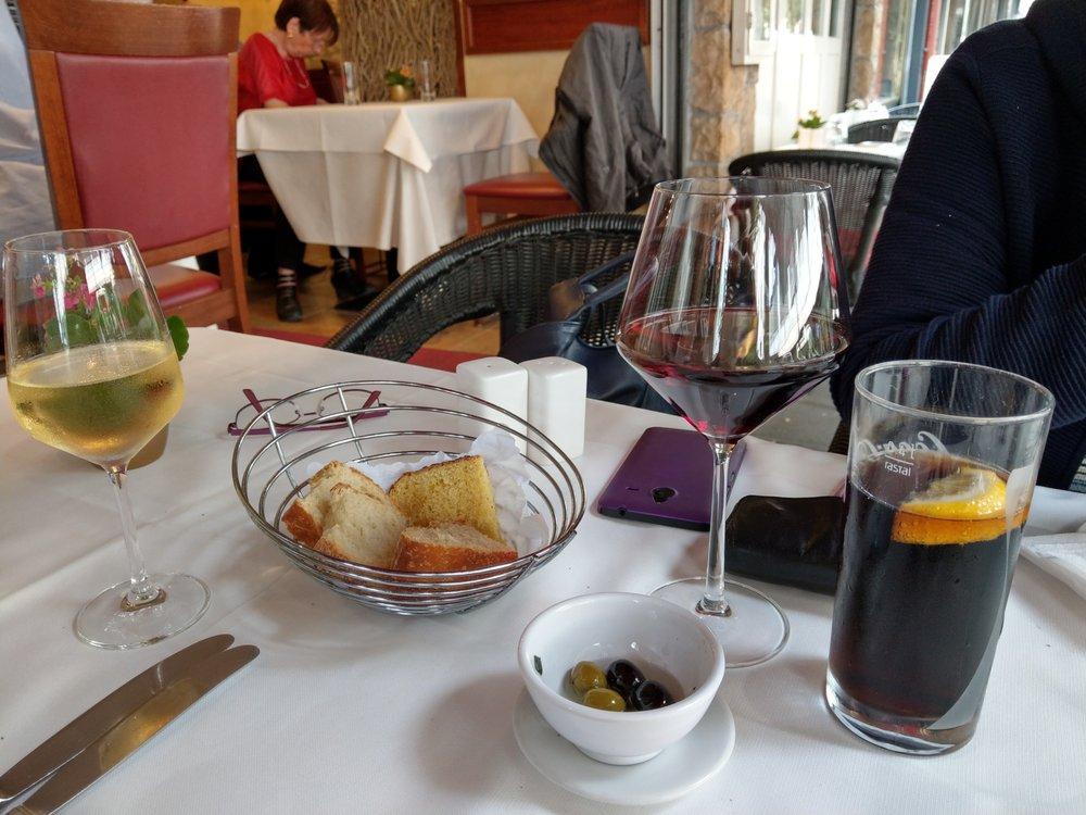Oliven und Brot als Gruß aus der Küche - Yelp