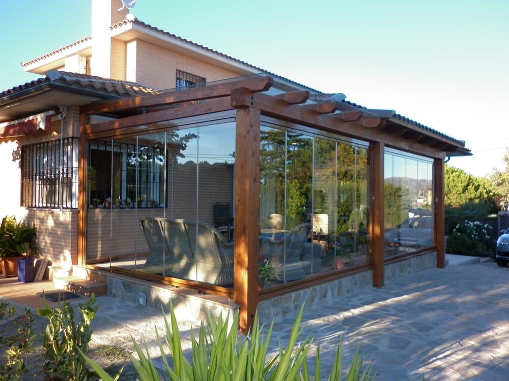Pergola y porche de madera con acristalamiento de cortina for Acristalamiento de porches