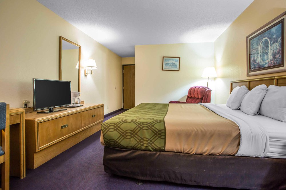 Econo Lodge Inn & Suites: 2090 South Park Court, Dubuque, IA