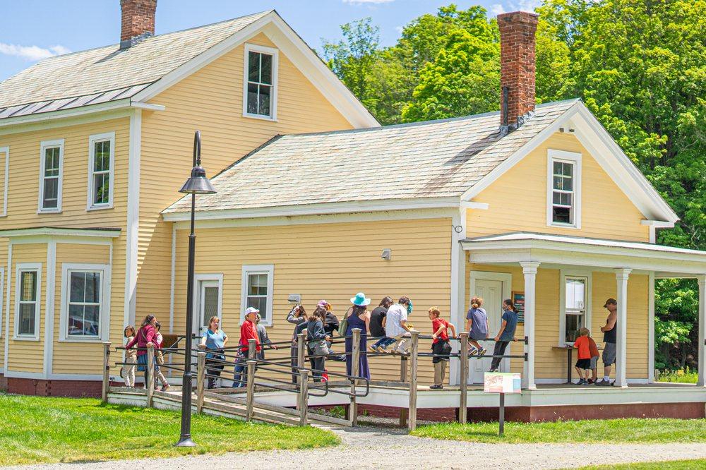 Farmhouse Creemee: 45 Farmhouse Sq, Brattleboro, VT
