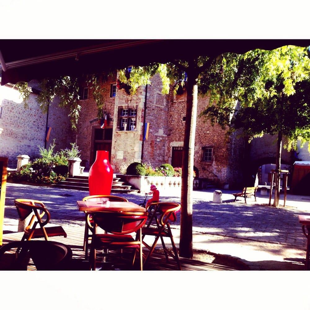 Les gens bars 1 place de la nation cr mieu is re for Restaurant cremieu