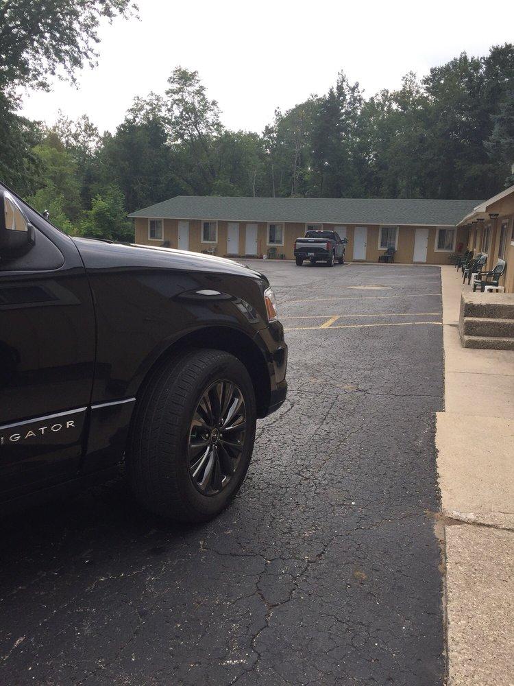 Lakes-N-Trails Motel: 1584 Benzie Hwy, Benzonia, MI