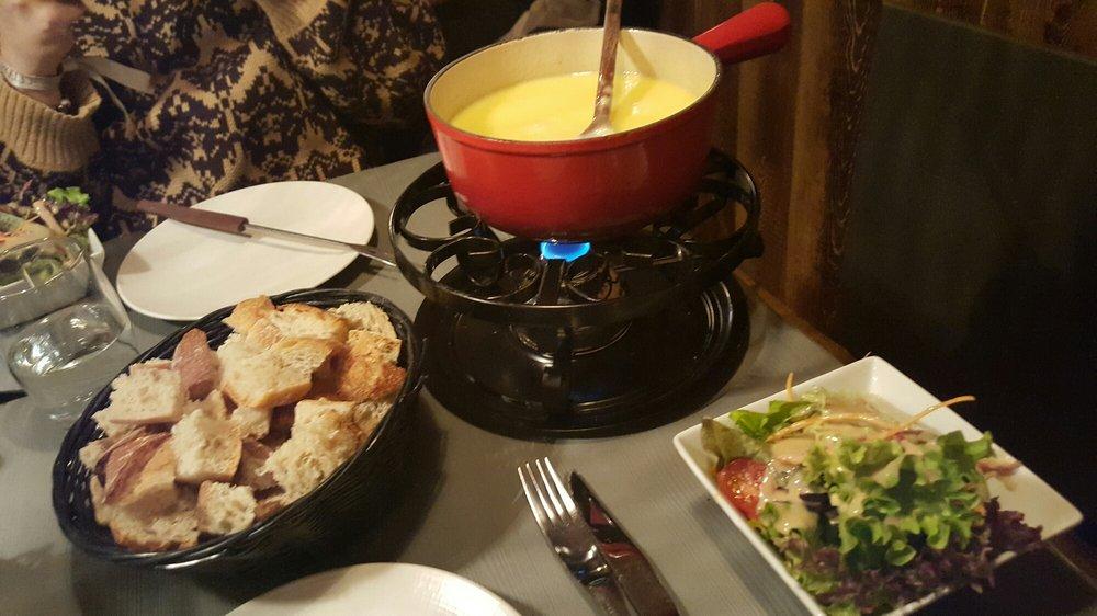 Fondue savoyarde aux 3 fromages avec salade 21euros par personne miammm yelp - Quantite fromage par personne ...