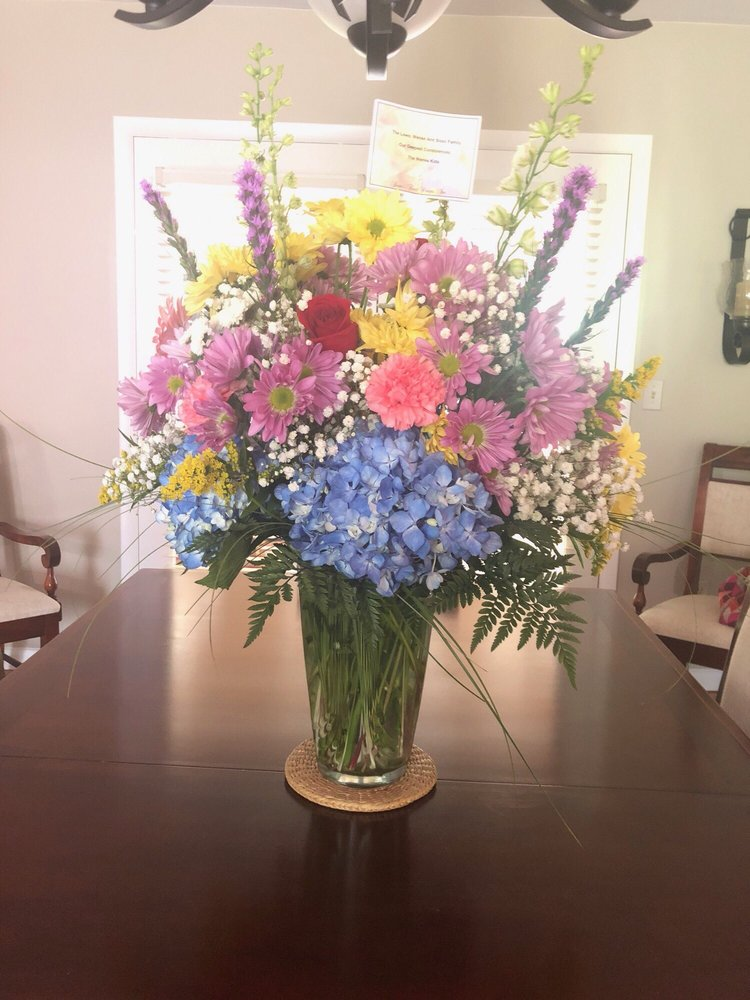 Bessie's Floral Designs: 124 Main St W, Oak Hill, WV