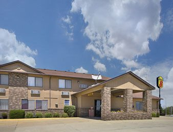 Super 8 by Wyndham Charles City: 1411 South Grand Ave, Charles City, IA