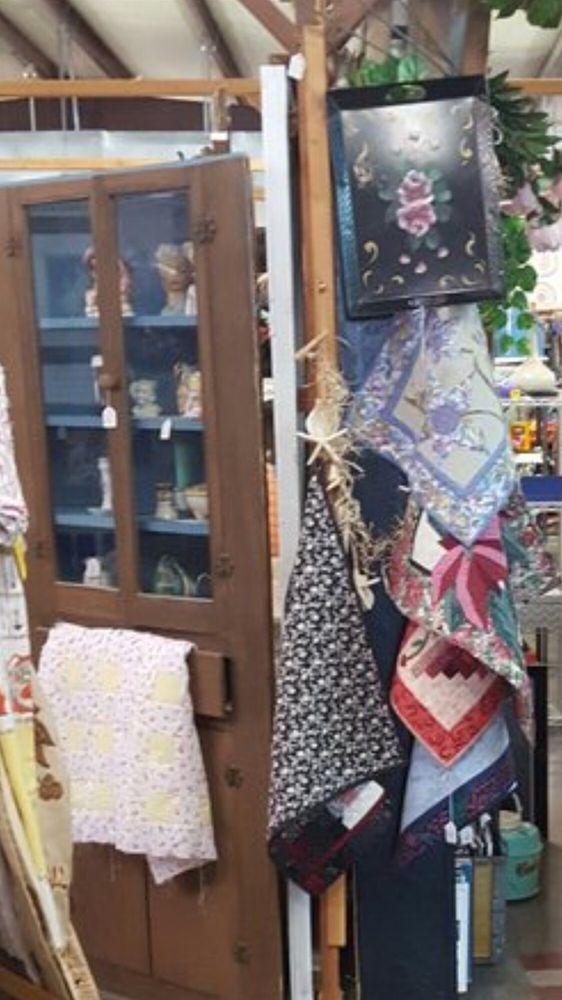 Tontitown Flea Market & Antique Mall: 831 E Henri De Tonti Blvd, Springdale, AR