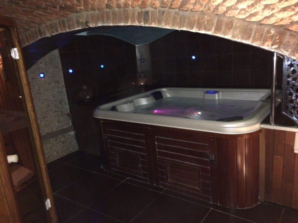 au sous sol un jacuzzi hammam et sauna vous attendent yelp. Black Bedroom Furniture Sets. Home Design Ideas