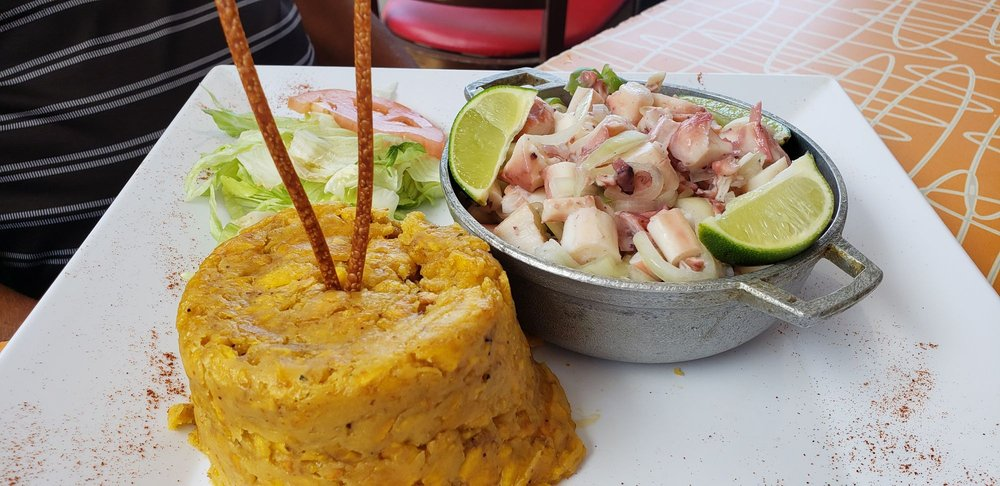 Tsunami Beach Burger and Fish: Av. Boca S/N, Barceloneta, PR