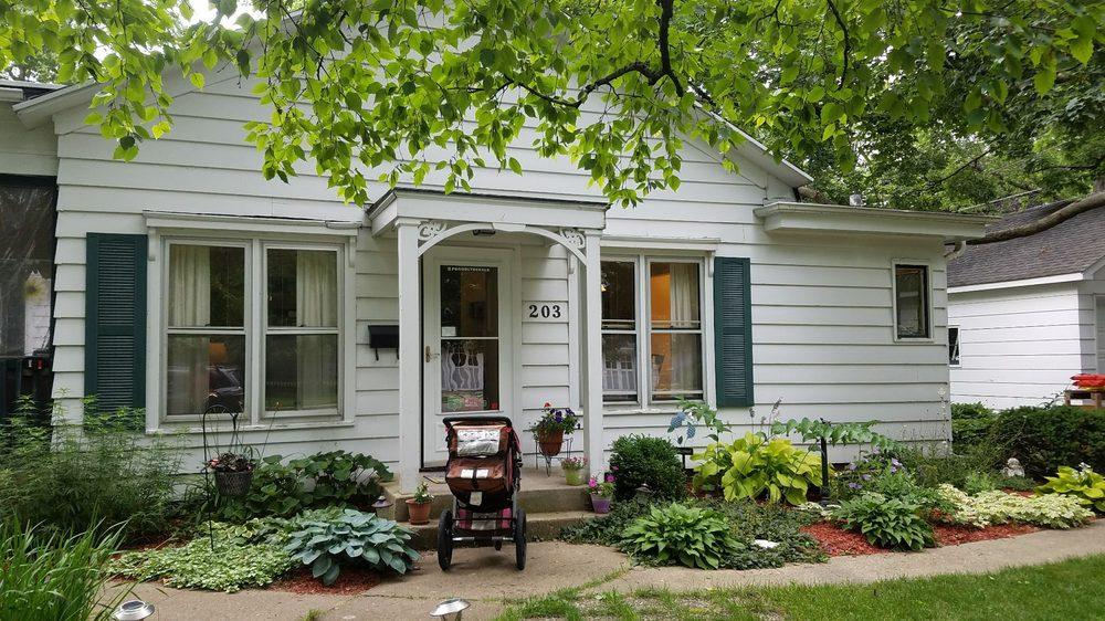 Parkside Bed and Breakfast: 203 E Roosevelt St, Dekalb, IL