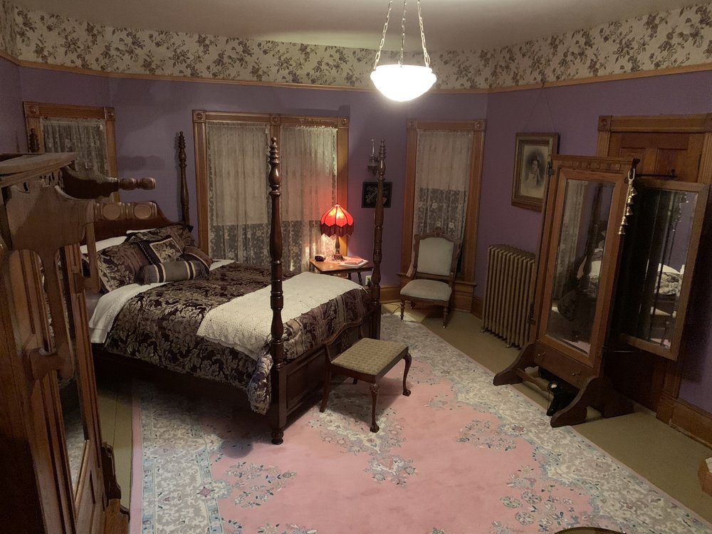 The Roth House Bed & Breakfast: 102 Pine St, Soldiers Grove, WI