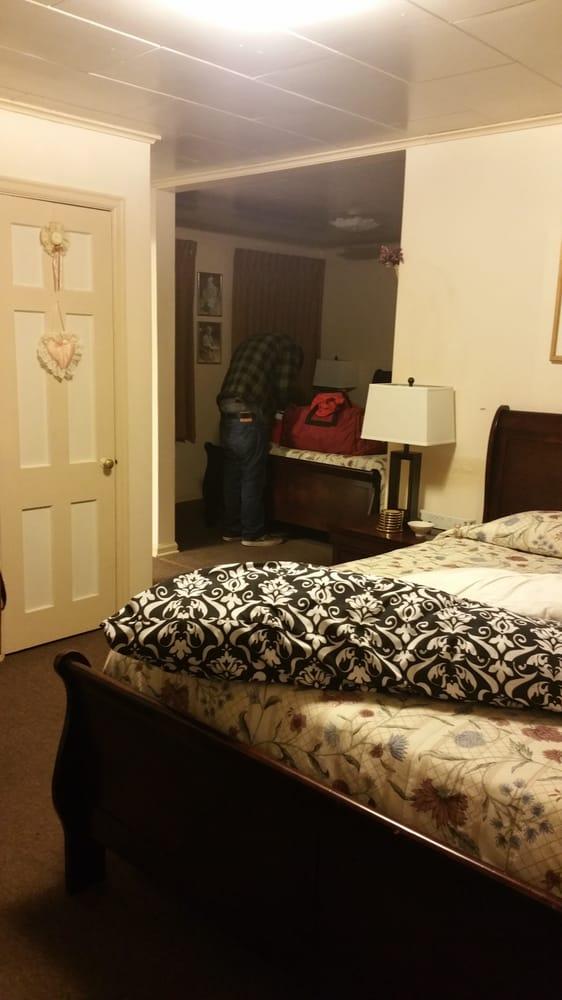 Sunflower Motel: 406 N 1st St, Hiawatha, KS