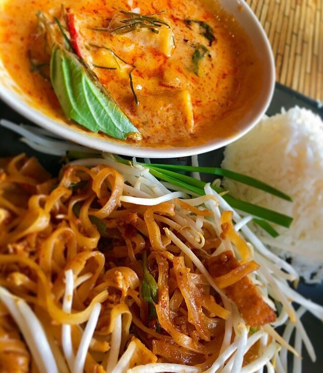 Isarn Thai Soul Kitchen Lunch Curry Set With Chu Chi Red Curry With Chicken Pad Thai With