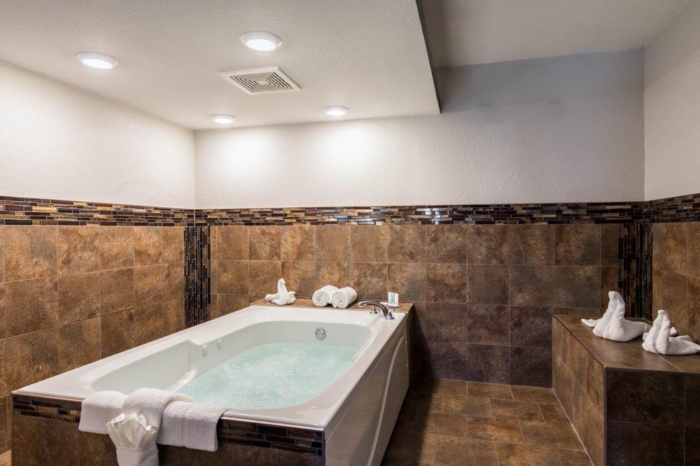Clarion Inn & Suites Russellville I-40: 2407 N Arkansas Ave, Russellville, AR