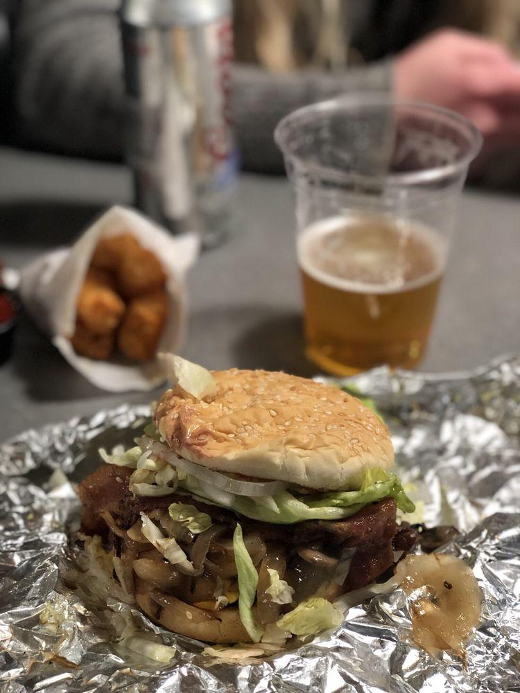 Brady's Brats & Burgers: 39333 SE Proctor Blvd, Sandy, OR