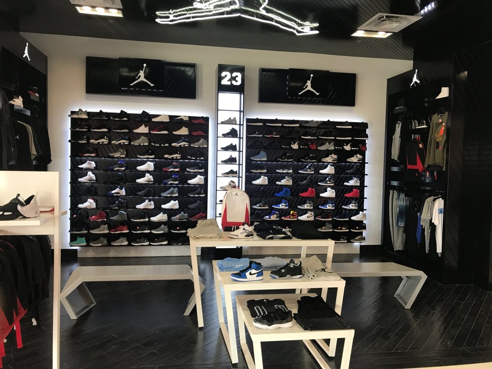 Shoe Palace: 5001 E Expressway 83, Mercedes, TX