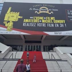 Palais des Festivals et des Congrès - Cannes, Alpes-Maritimes, France. Czerwona wykładzina. Nie wiem o co tyle szumu... Na dodatek pleśnieje od wody.