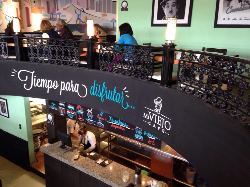 Comensales disfrutando de un café en las instalaciones de Mi Viejo Café