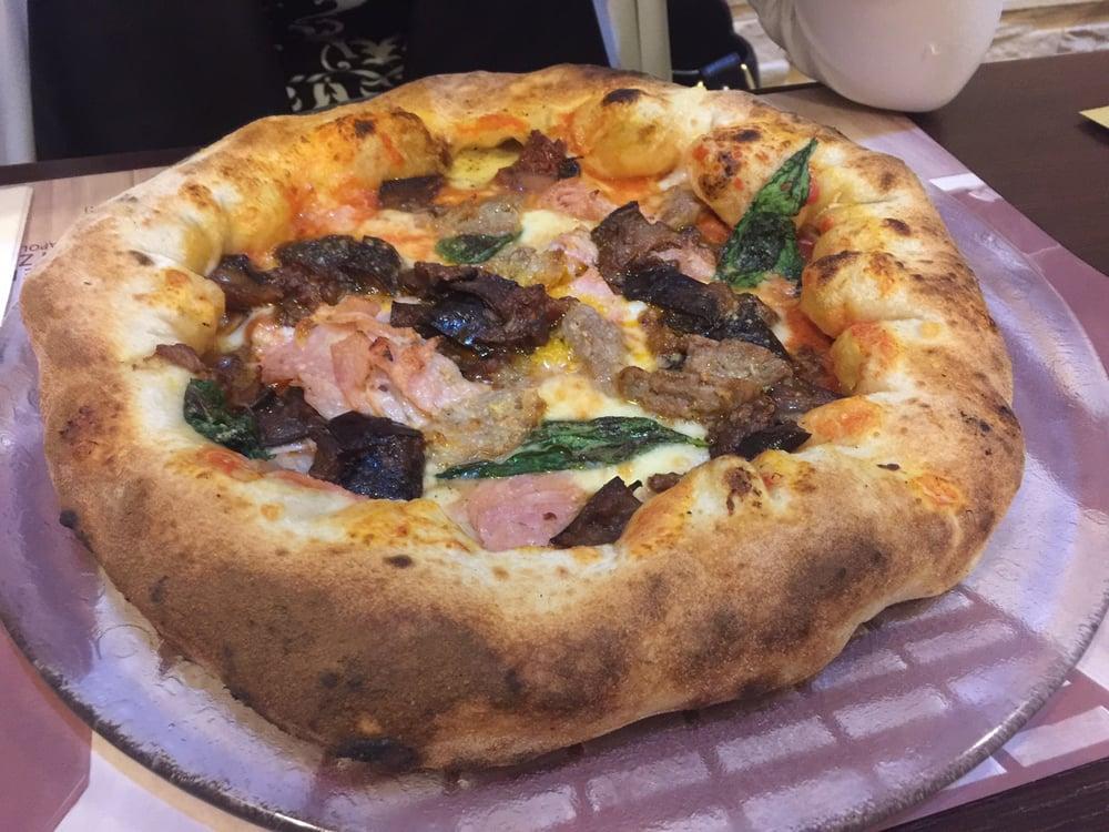 Pizza alle melanzane, prosciutto e basilico. Cornicione ripieno alla ...