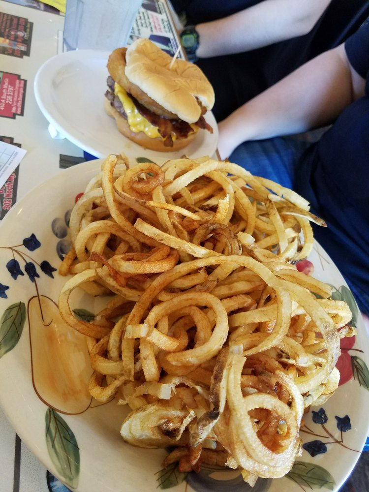 Molly's Diner: 201 S Myrtle St, Warren, AR