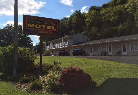 Scenic Valley Motel: 1608 Main St, Lansing, IA