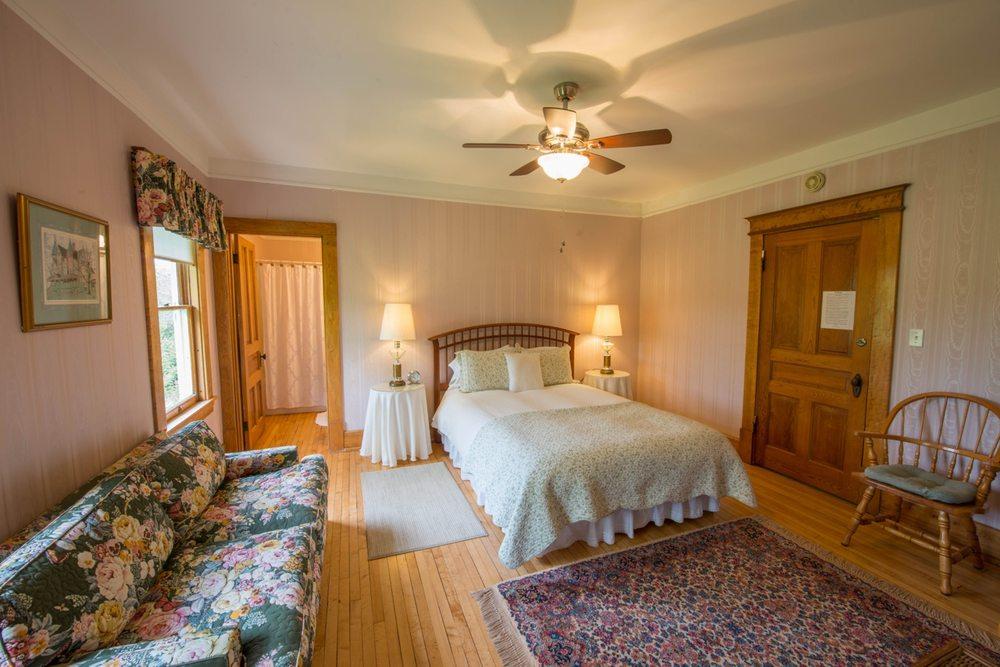 Snowbird Inn Bed & Breakfast: 473 N Manitou Trl, Lake Leelanau, MI