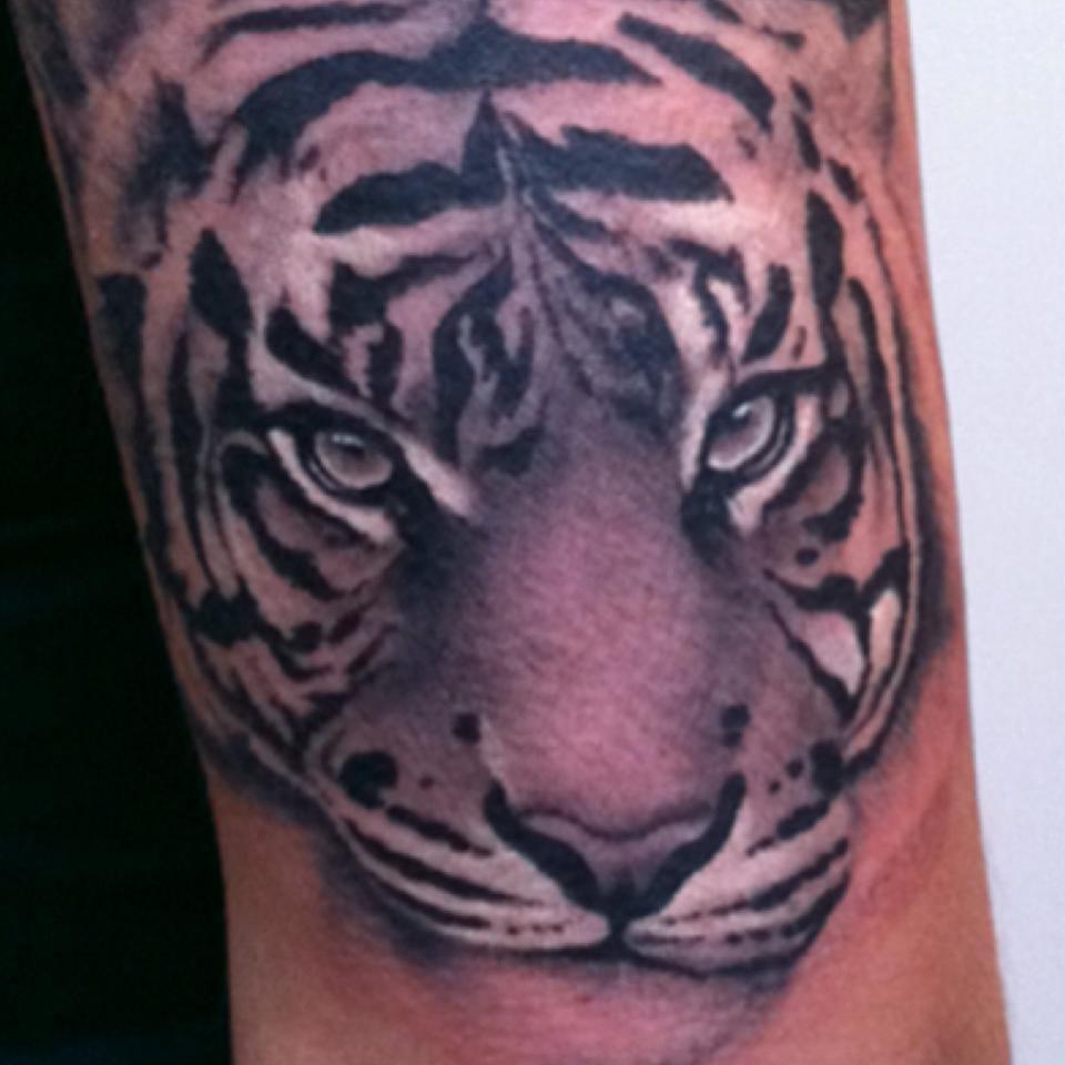 Love hate tattoo 10 fotos tattoo 59 61 newington rd for Love n hate tattoo