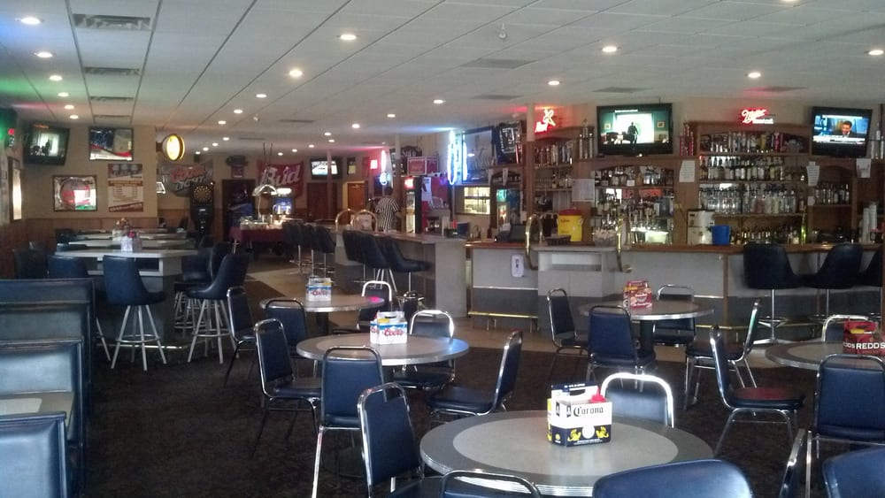 Stadium Sports Grill: 203 N Egan Ave, Madison, SD