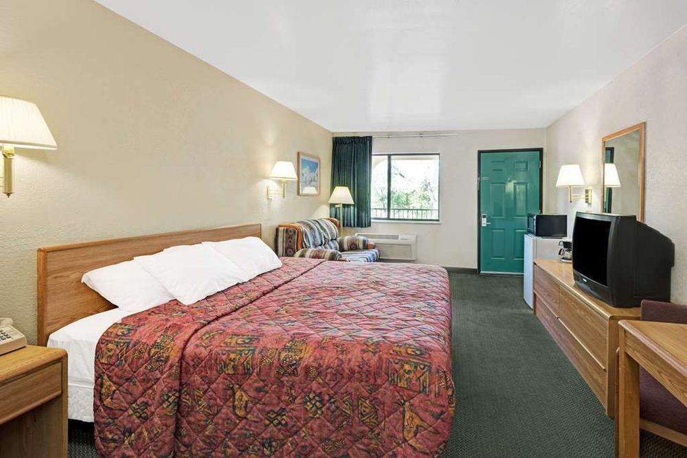 Days Inn by Wyndham Espanola: 807 South Riverside Drive, Espanola, NM