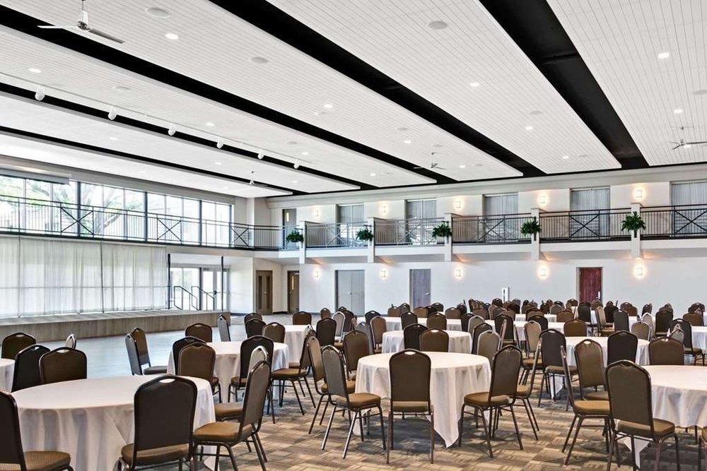 Ramada Hotel & Conference Center by Wyndham Columbus: 265 33rd Ave, Columbus, NE