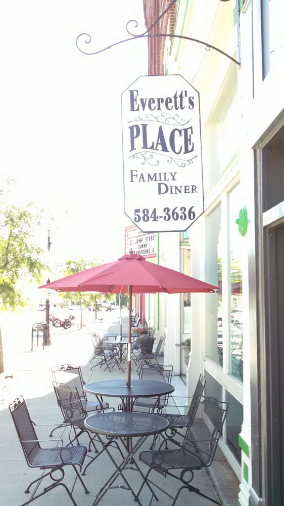 Everett's Place: 117 W Franklin St, Winchester, IN