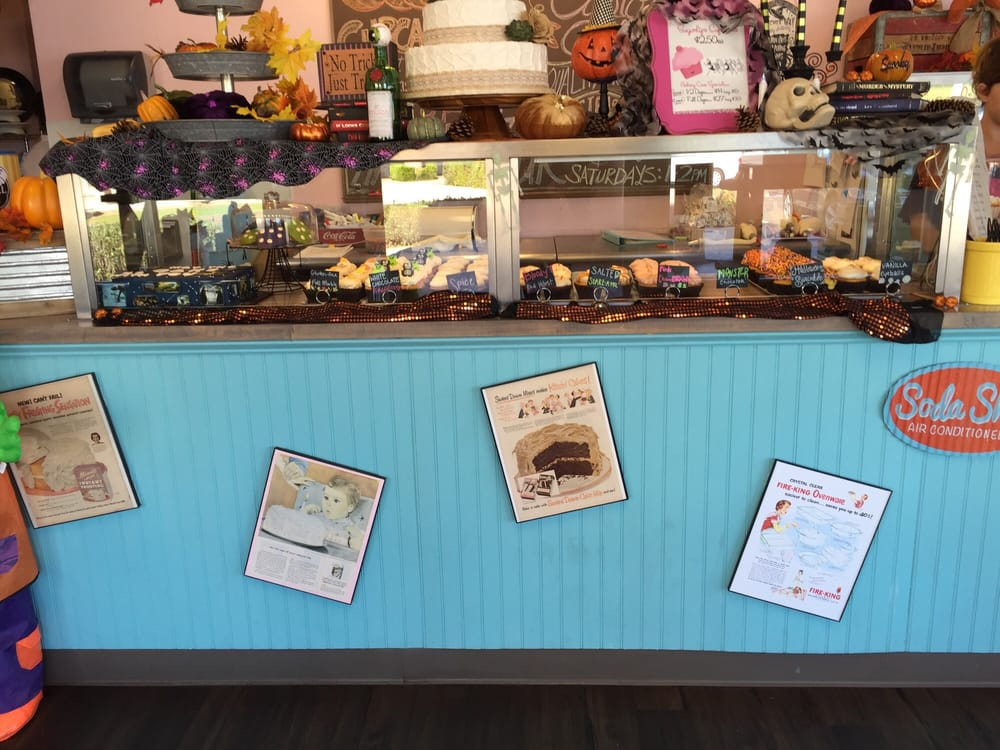 Cake Decorating Store In Mesa Az : The cup cakes displayed ! Love the Halloween decorations ...