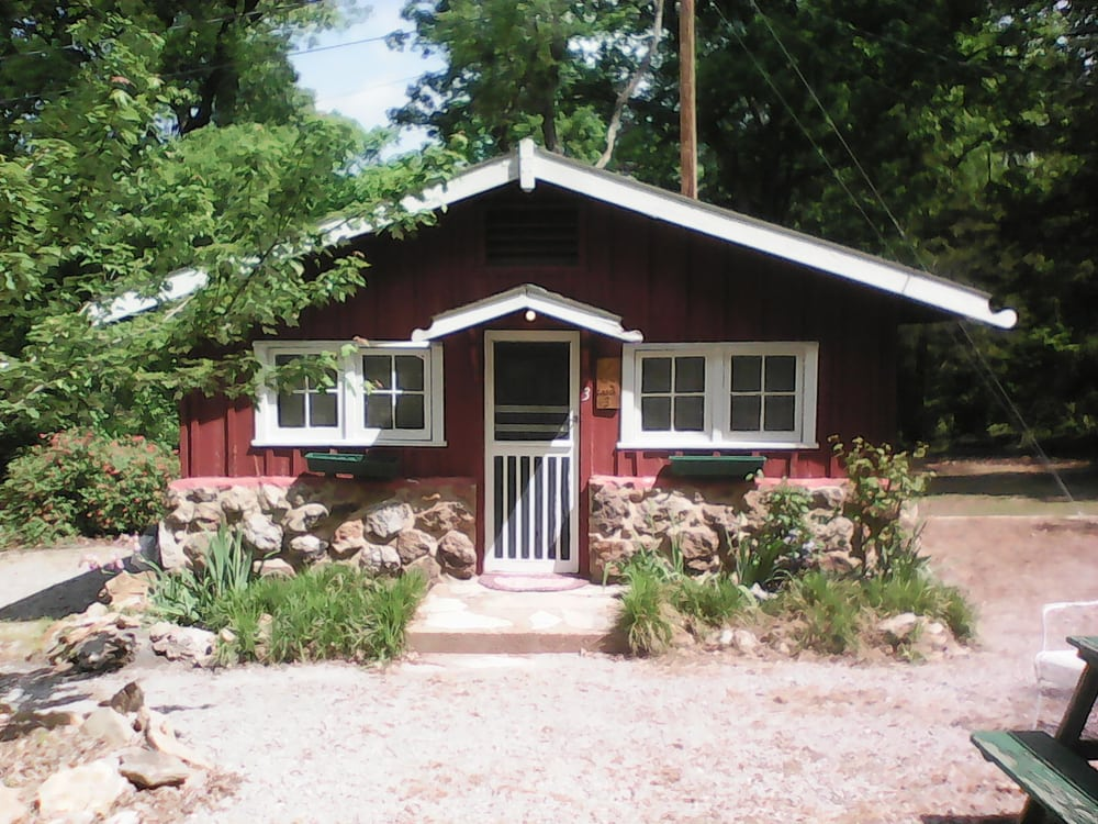 Rocky Hide a Way Cottages: 1306 Lake St, Bull Shoals, AR