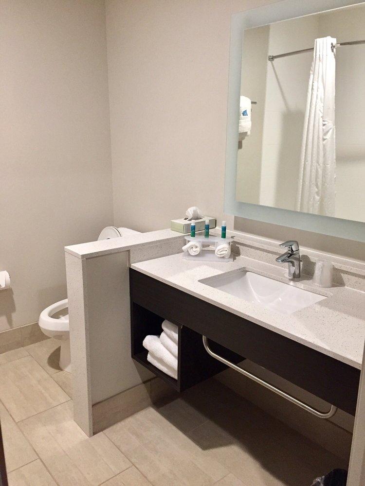 Holiday Inn Express & Suites Parkersburg East: 10057 Emerson Ave, Parkersburg, WV