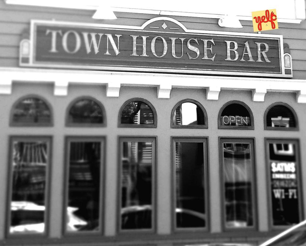 Town House: 231 Bridge St, Charlevoix, MI