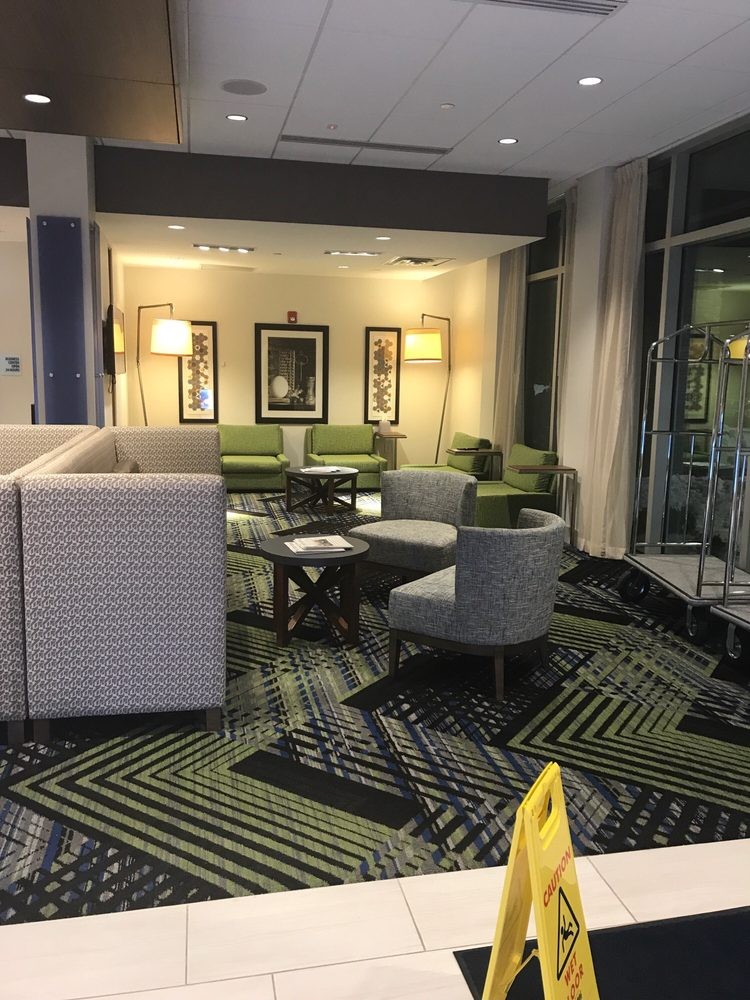 Holiday Inn Express & Suites - Marshalltown: 102 Iowa Ave W, Marshalltown, IA