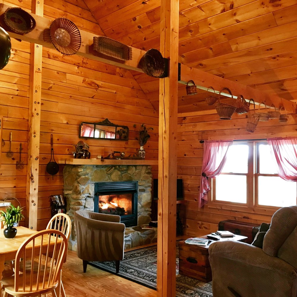 Cabin on the Hill: 145 Cabin Hill Rd, Carbondale, IL