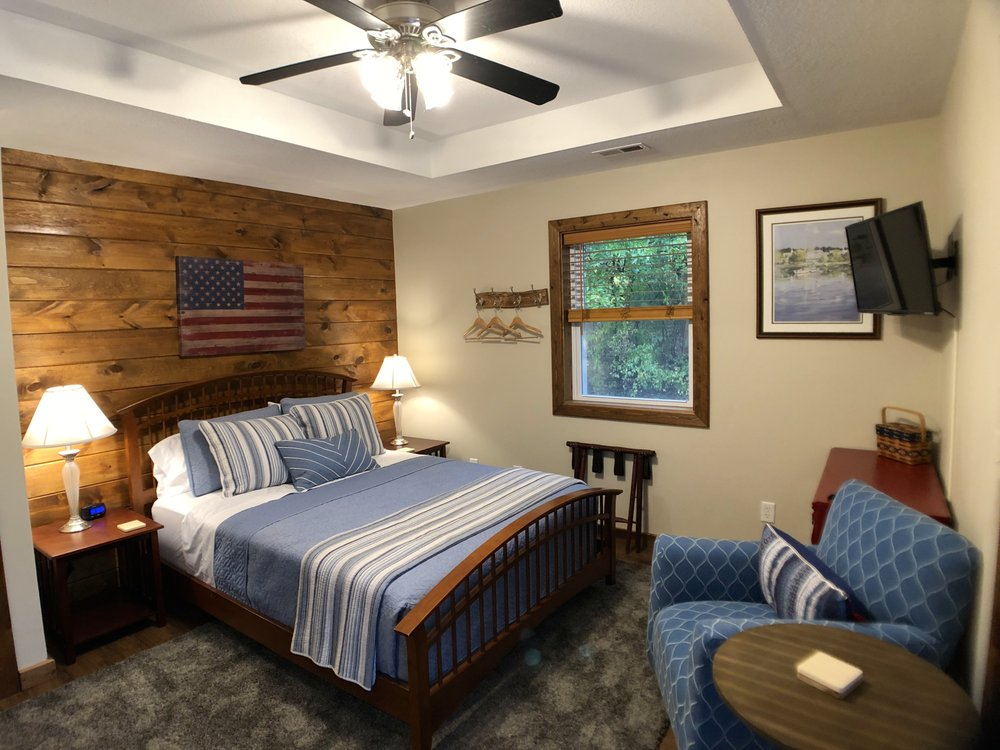 Walnut Waters Bed and Breakfast: 928 NW 1971st Rd, Lone Jack, MO