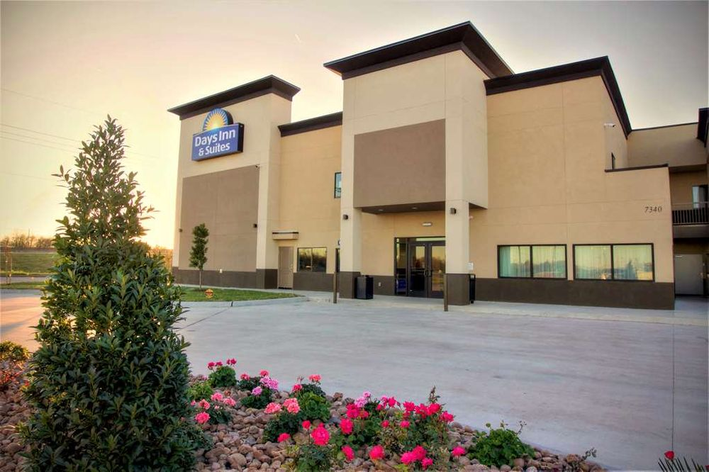 Days Inn & Suites by Wyndham Port Arthur: 7340 Memorial Blvd, Port Arthur, TX