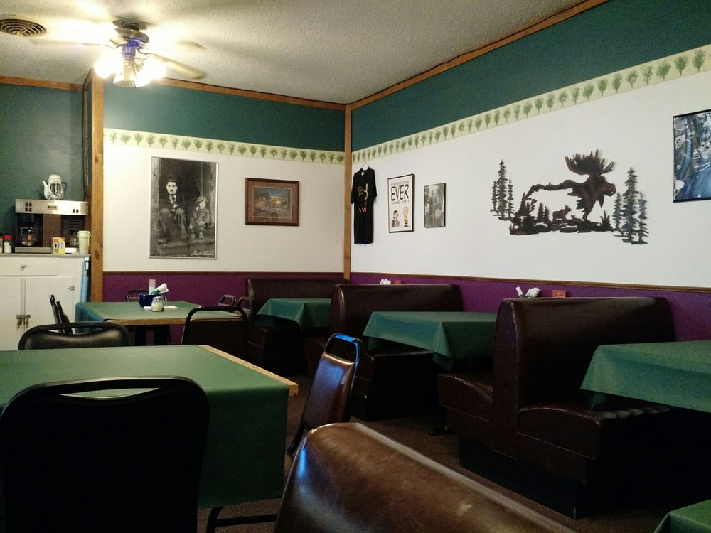 Charlie's Pizza & Bread Shop: 1021 E 1st St, Sumner, IA