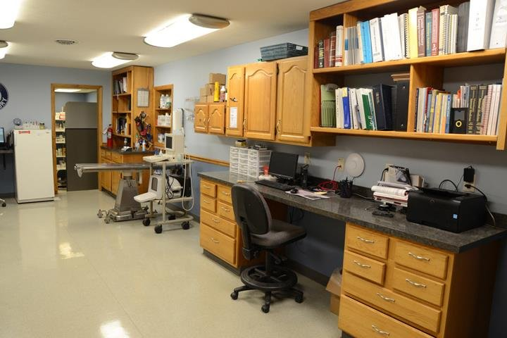 Airport Veterinary Clinic: 1274 State Road 46, Terre Haute, IN