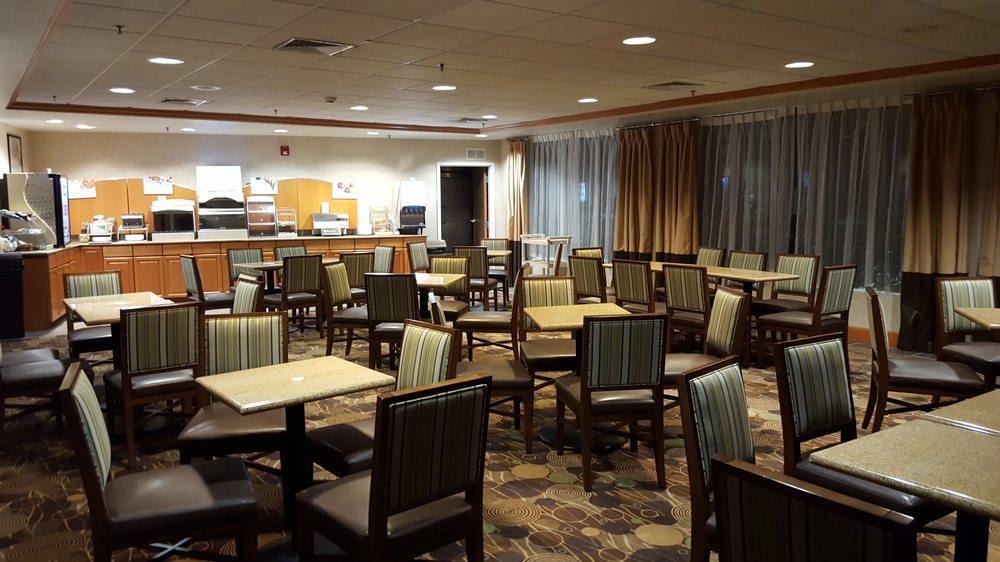 Holiday Inn Express & Suites Brattleboro: 100 Chickering Rd, Brattleboro, VT