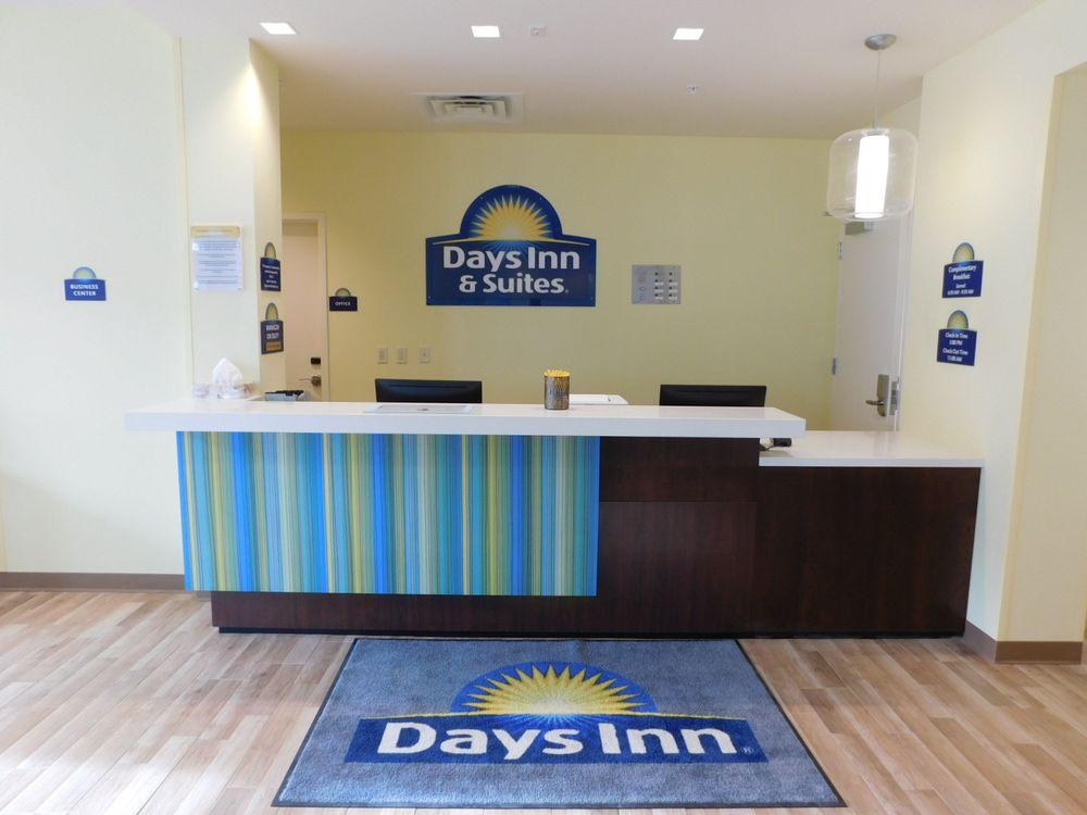 Days Inn & Suites by Wyndham Kearney: 111 Talmadge St, Kearney, NE