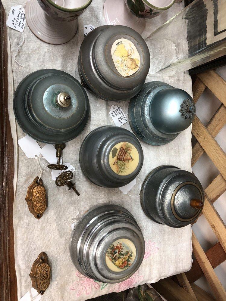 Bear Wallow Antiques & Things: 3100 W White Mountain Blvd, Lakeside, AZ