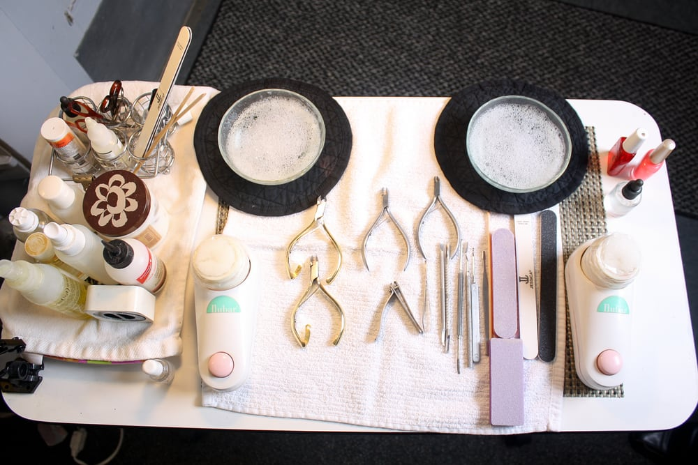 How The Manicure Table should Be set up For a Very Professional ...