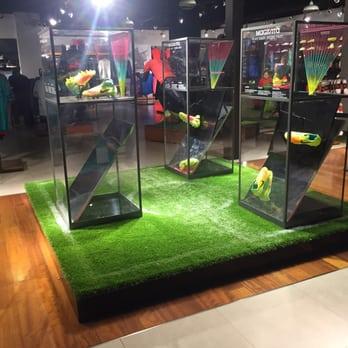 f810d7c95 Nike - Ropa deportiva - Calle Interior Mall Plaza Vespucio 7108, La ...