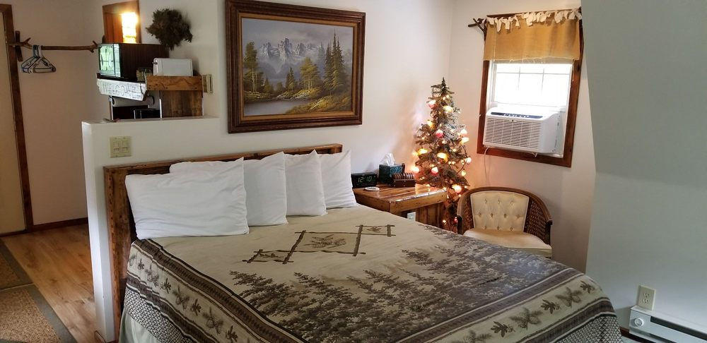 Trickling Waters Retreat: 516 Fifth St Ct, Marquette, IA